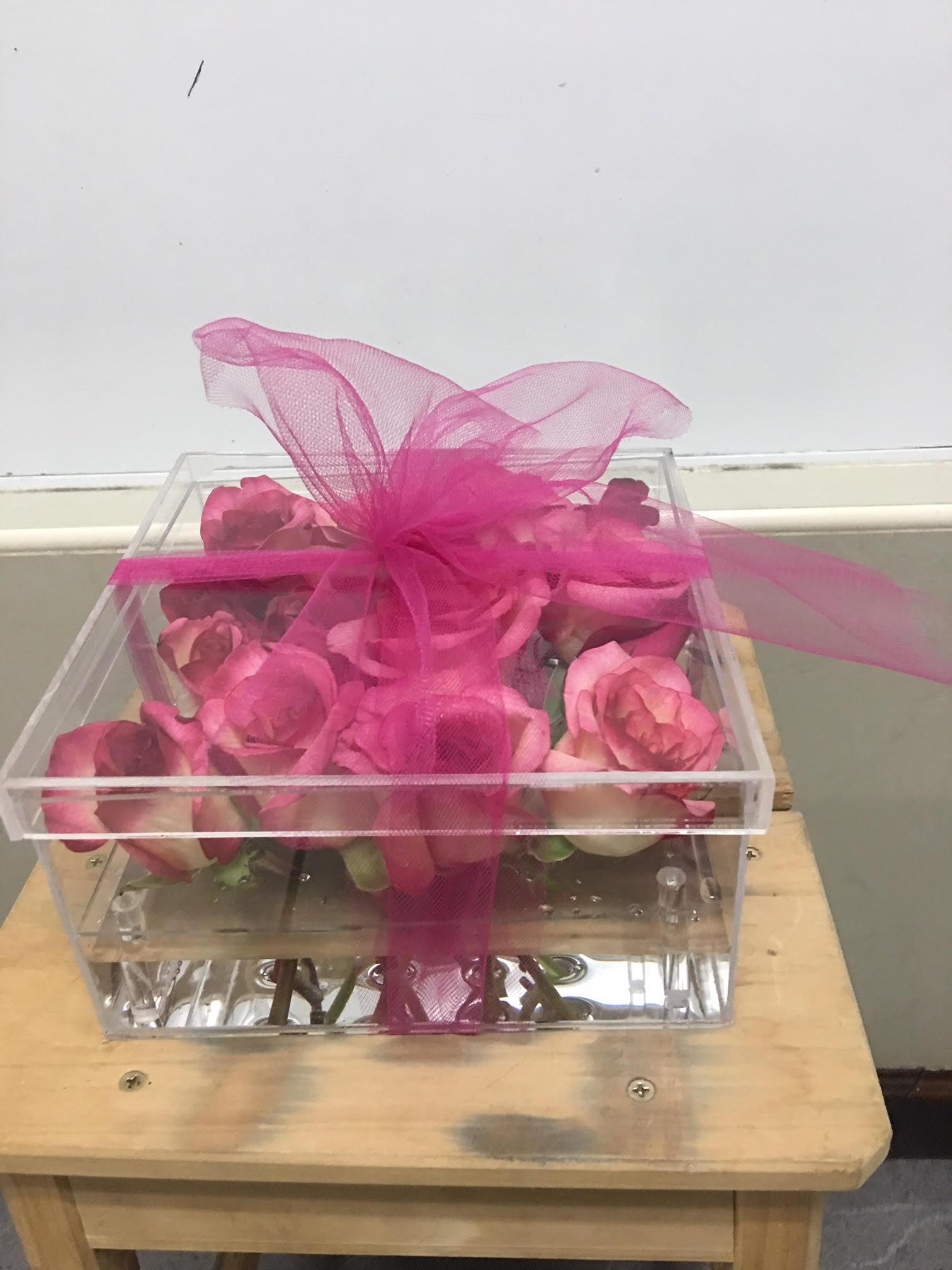 Caja acrílica con 16 rosas Image