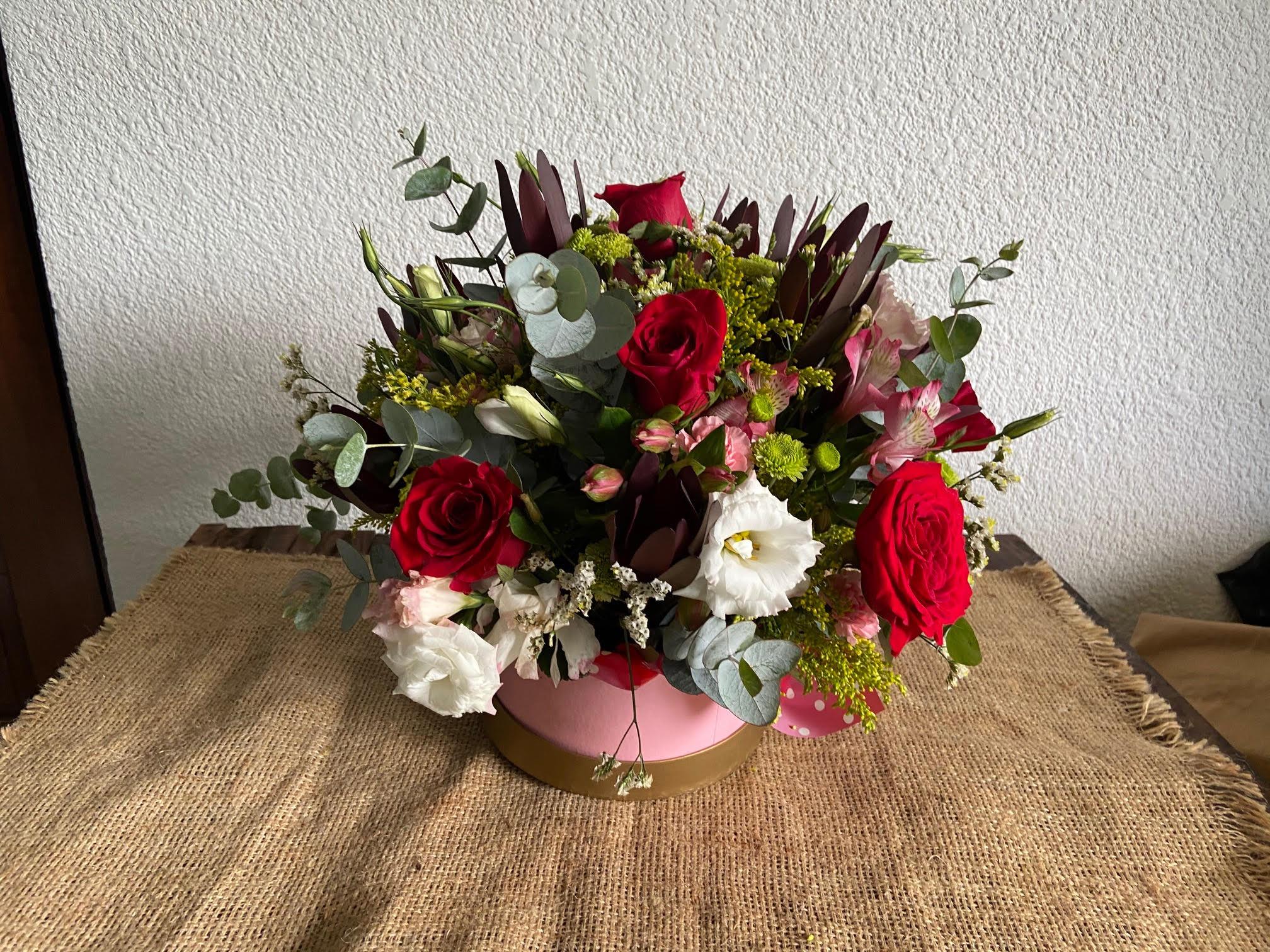 Canasta de flores variadas, con rosas rojas Image