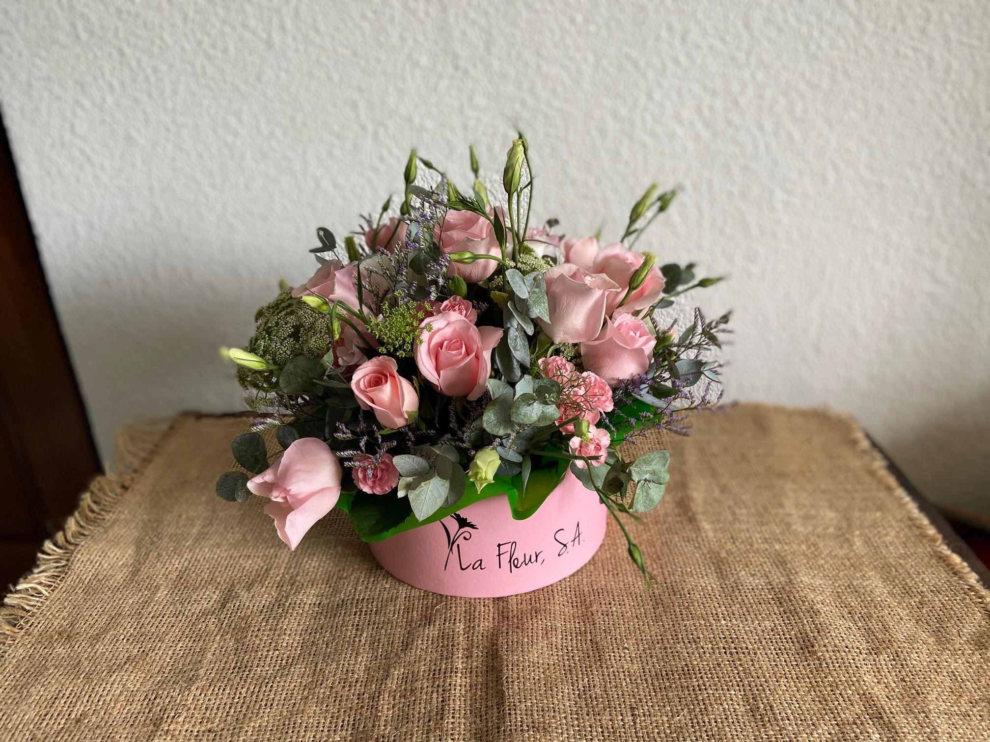 Caja de flores variadas, colores claros Image